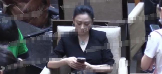 吴京陈凯歌于冬聚会凑头热聊 陈红独坐一旁玩手机