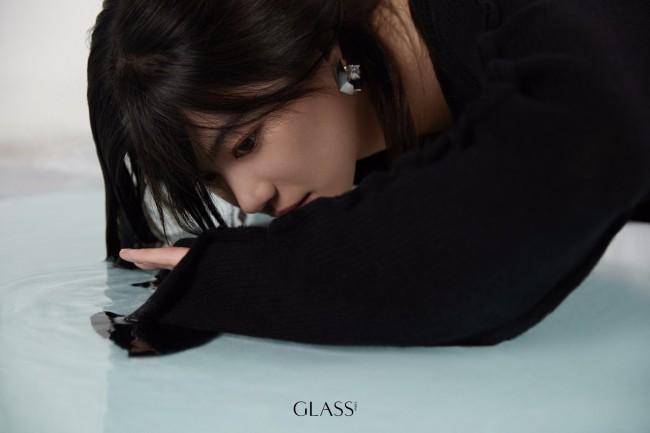 李蔓瑄登《GLASS》中文版 于虚幻水境感受静谧纯粹
