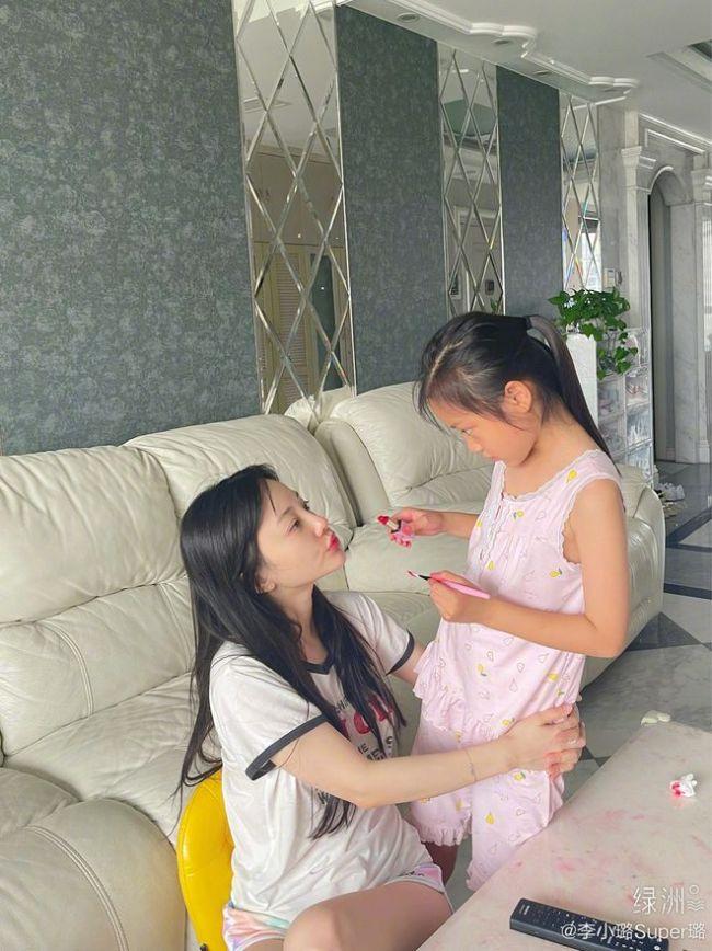 李小璐分享女儿暑假日常 甜馨DIY口红为妈妈化妆
