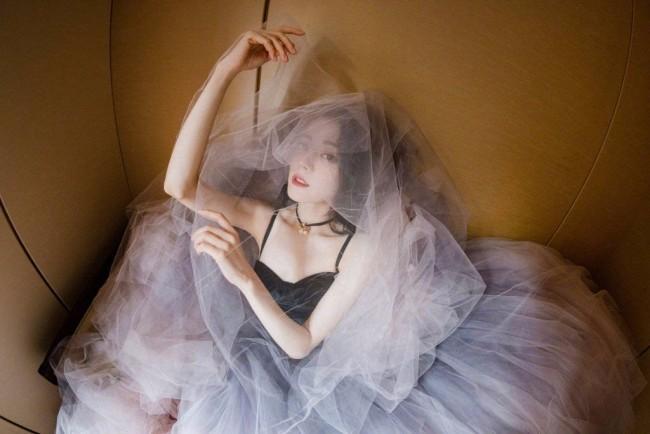 迪丽热巴穿黑色吊带配粉色蓬蓬纱裙似公主