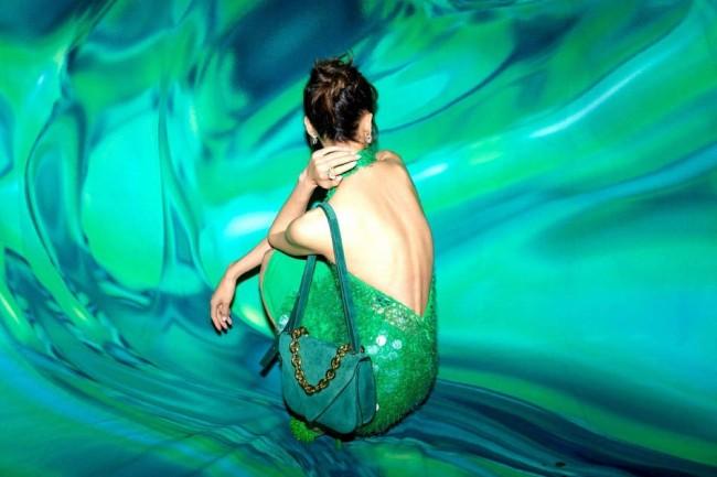 33岁刘雯穿绿色露背裙尽显妩媚 身材曲线完美