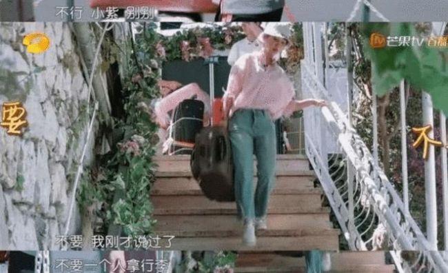 不上镜、尴尬到抠脚?公主姚安娜上《中餐厅》被狂吐槽