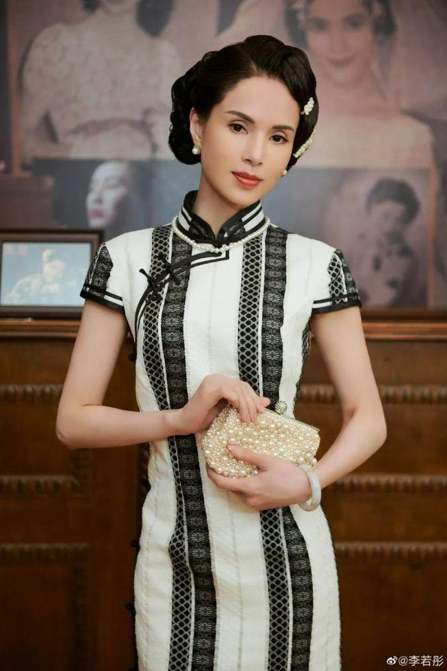 """54岁李若彤穿旗袍变""""金刚芭比""""状态好似少女"""