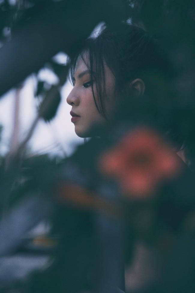 刘亦芊胶片风写真质感满满 复古暗调玩转别样青春