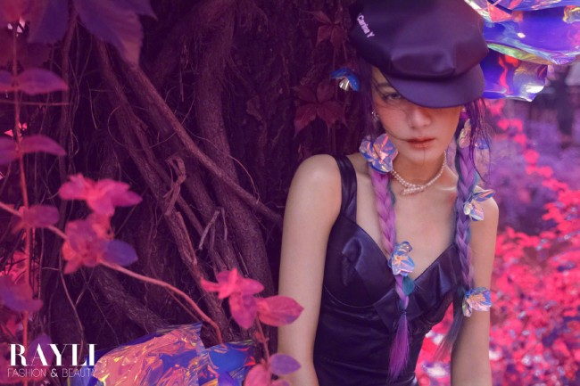 迪丽热巴拍氛围感大片 雀斑妆配小辫很梦幻