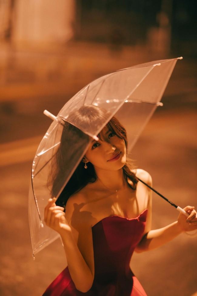苏青曝光复古红裙大片 灯下美人氛围感十足