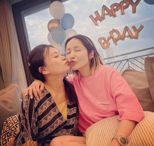 伤还没好 萧亚轩庆42岁生日!与家人亲吻甜蜜合影
