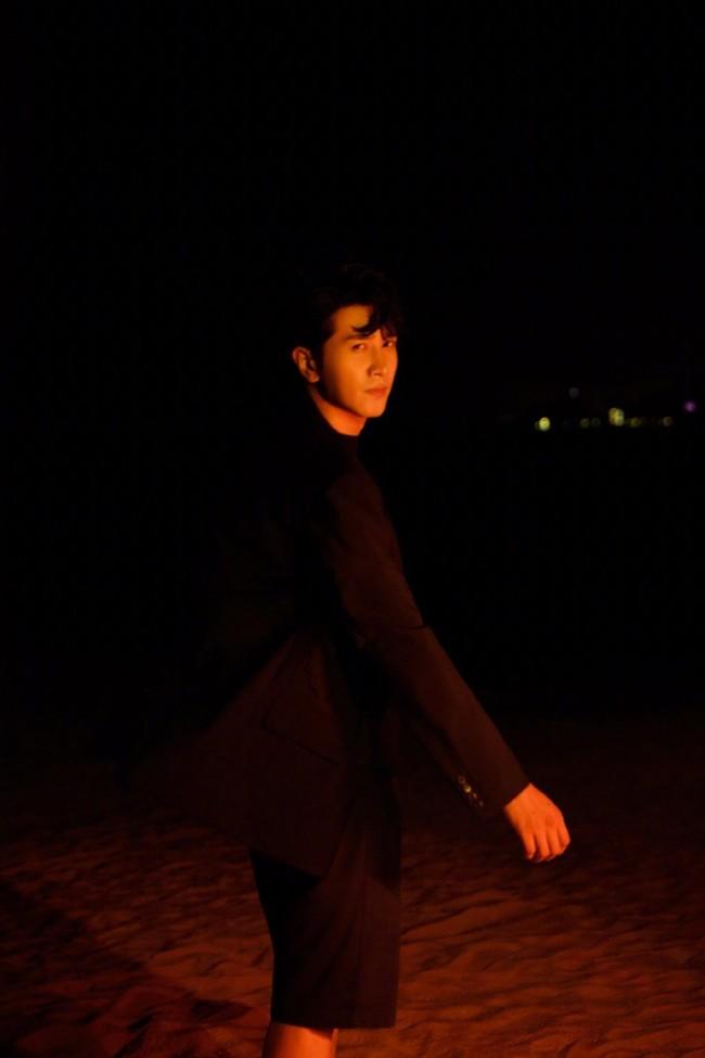 彭冠英全黑拍暗夜沙滩大片 光影变幻间静谧有型