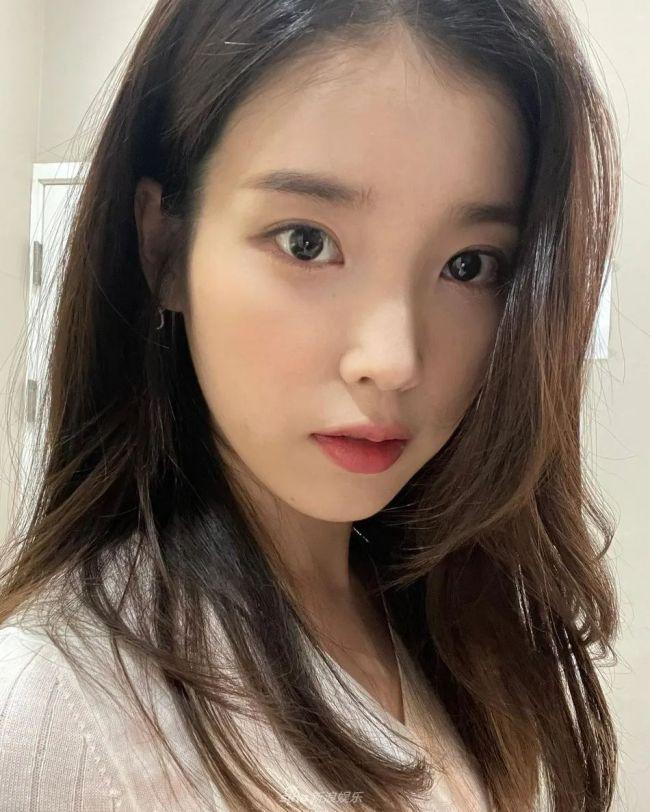 韩国女星IU李知恩晒甜美自拍照 28岁国民妹妹