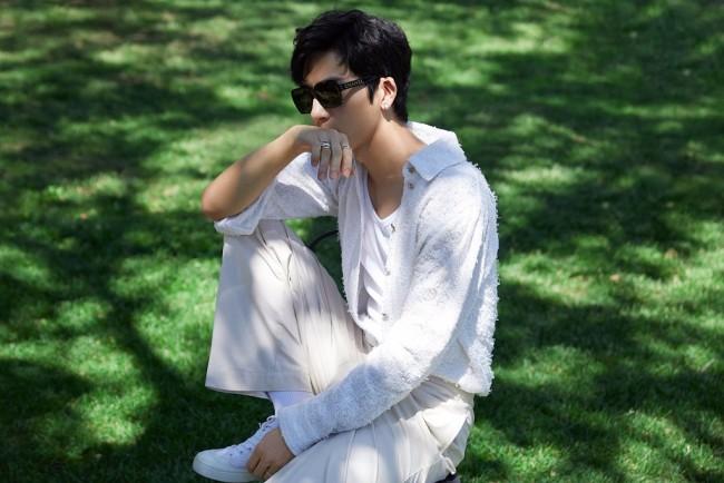 井柏然清爽休闲 穿白衬衫置身绿野少年感满满