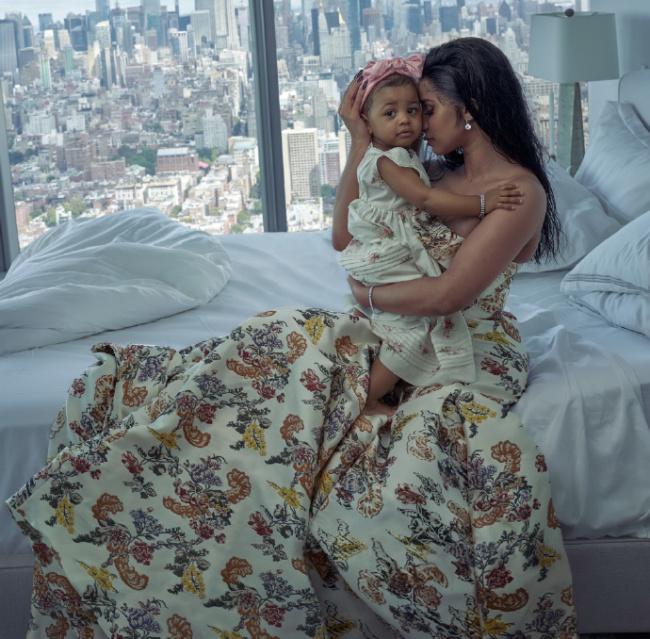 美国说唱歌手Cardi B二胎得子 一家三口甜蜜合影