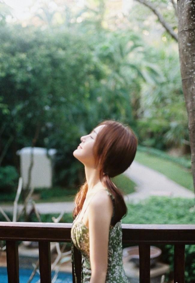 秦岚夏日林间胶片风写真 身着绿色吊带裙清新慵懒