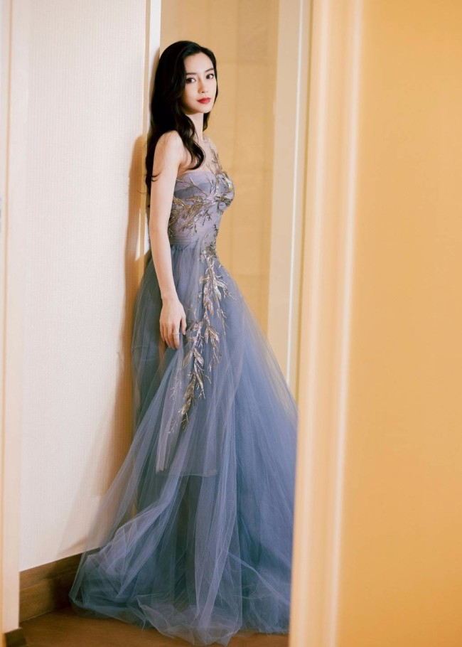 Angelababy穿雾霾紫抹胸纱裙优雅迷人