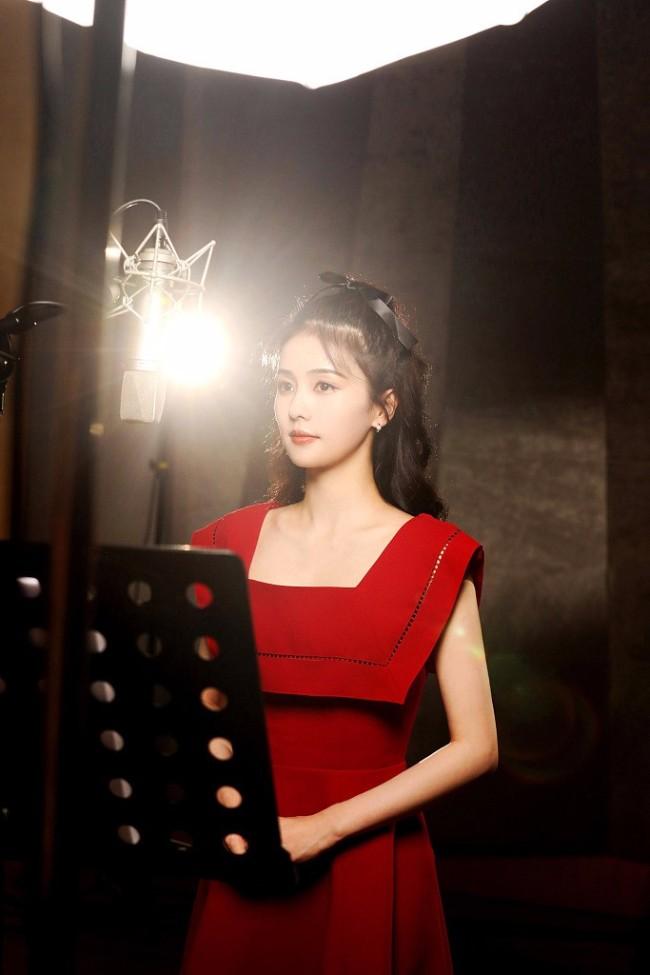 白鹿录音室花絮照 方领红裙搭法式编发甜美优雅
