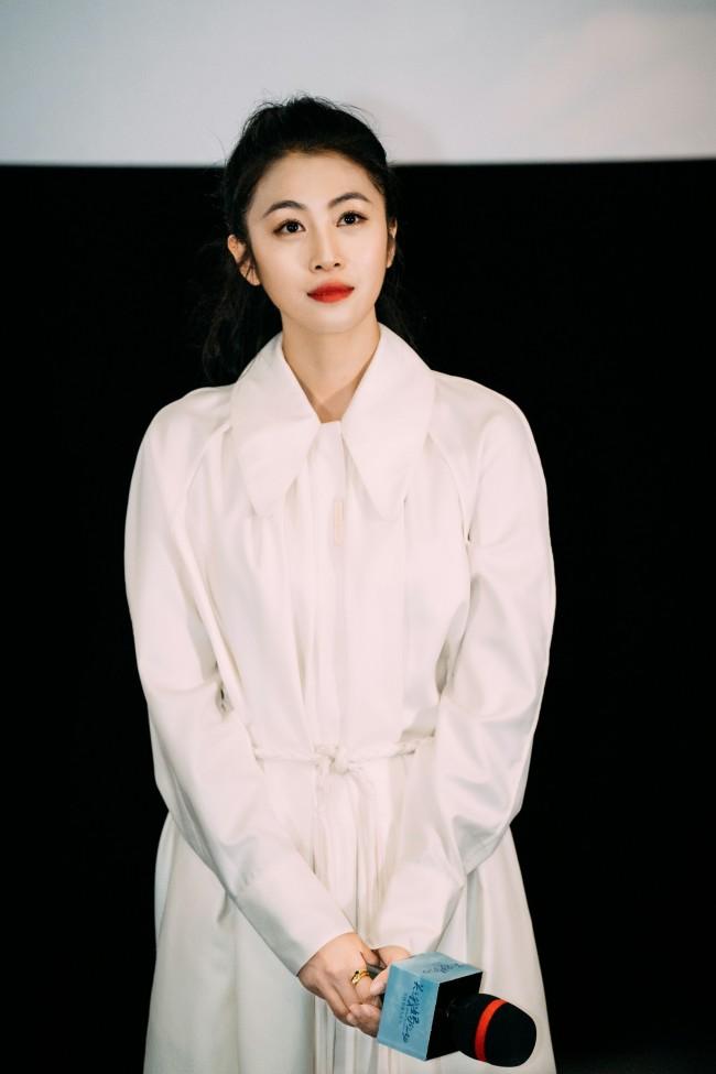 《关于我妈的一切》首映 弟媳扮演者韩云云身着复古白裙现身见面会