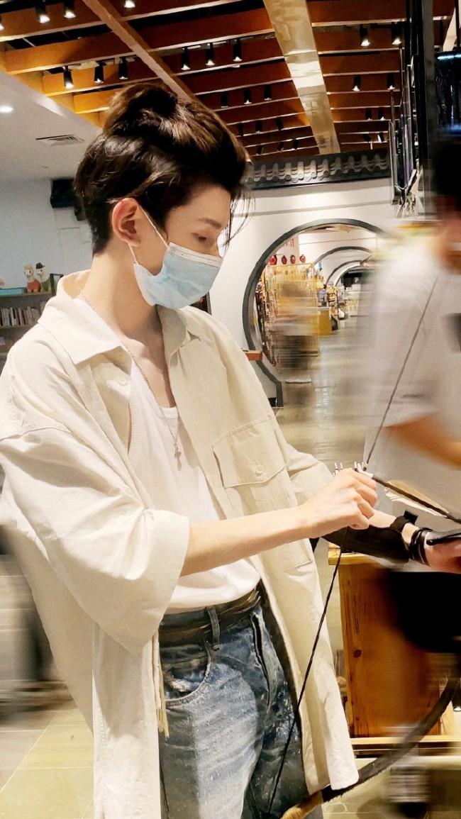 王源周末游乐园随拍 扎小辫穿白色衬衫清爽帅气