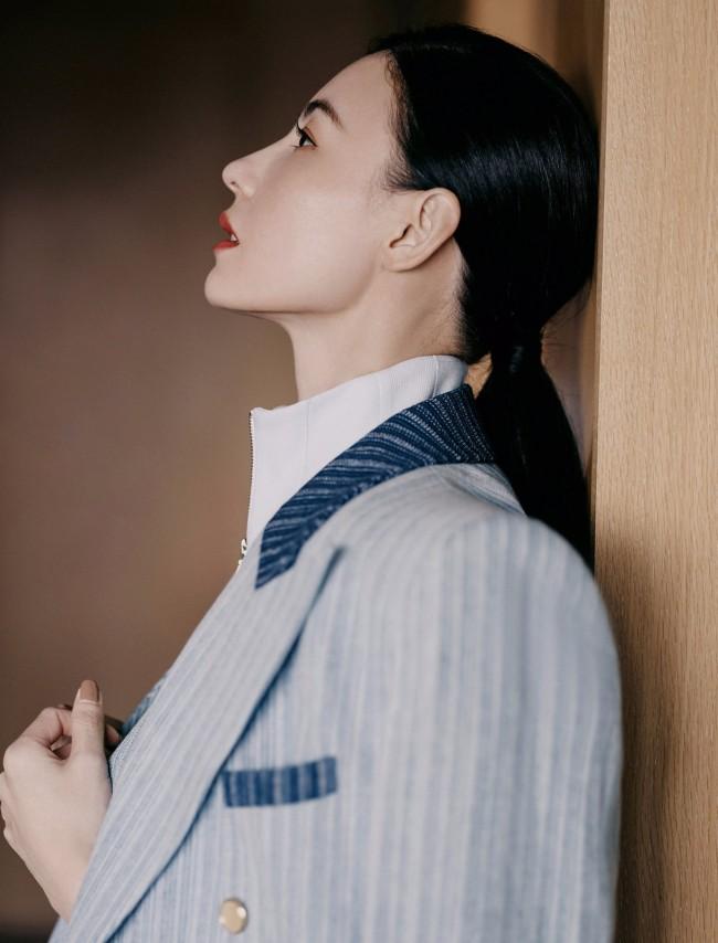 张柏芝光影静谧写真释出 蓝色条纹西装优雅迷人