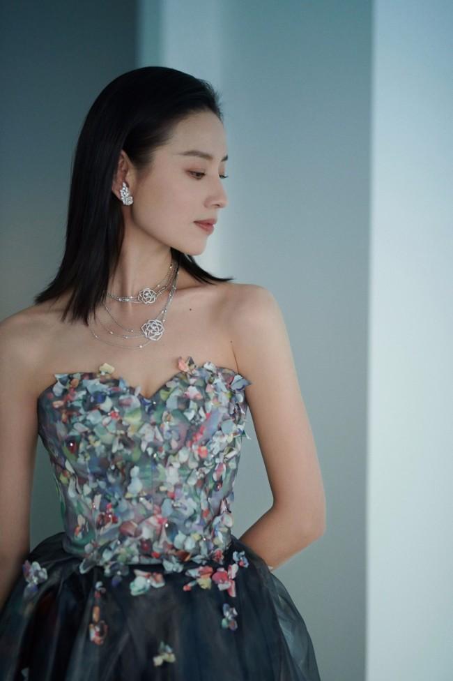 41岁董洁穿抹胸裙优雅迷人 优越肩颈线太抢眼