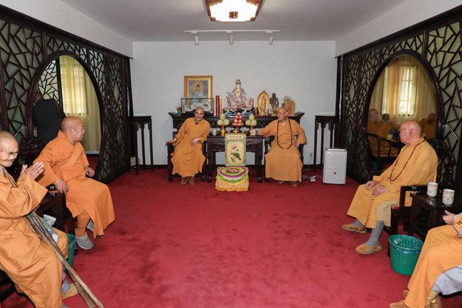 道慈大和尚一行赴佛教颐养堂等处进行端午慰问