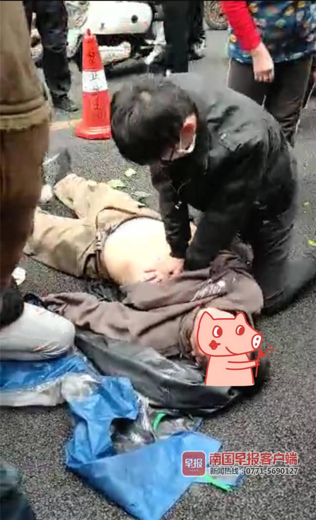 南宁一骑车男子突然昏迷倒地 路过市民纷纷出手救助