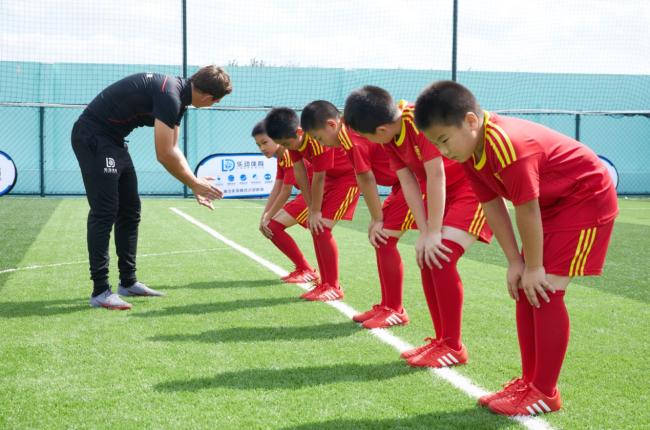 乐动体育足球进阶因材施教,按学员技术特点进行位置分配