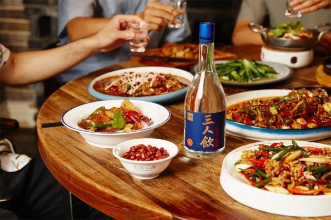 """离开传统饮酒方式,江小白""""三人饮""""专注轻松饮酒"""