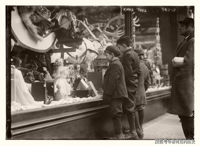 老照片 美国圣诞节的购物人潮 百年前的纽约很是繁华