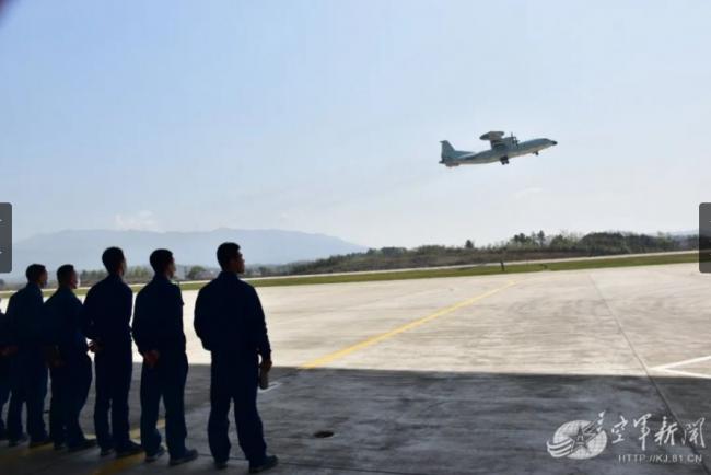 地勤人员观看空警-500升空。