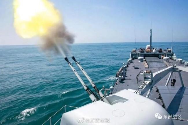 近日,东部战区海军某登陆舰大队由黄岗山舰、普陀山舰组成舰艇编队,开展实战化条件下编队防御、火炮射击、登陆全过程等课目训练。