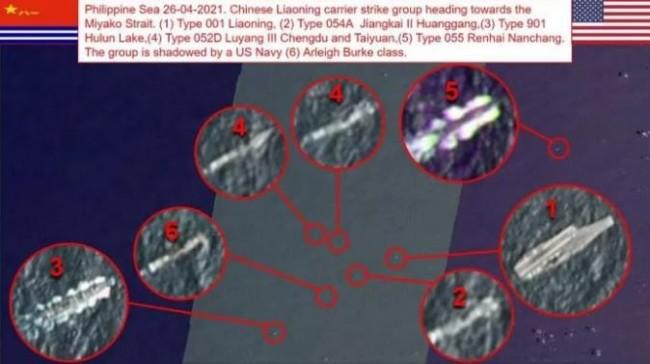 """图片 """"OSINT-1""""26日发布卫星实时照中,美军伯克级驱逐舰(编号6)""""插队""""混入辽宁舰航母编队之中。"""