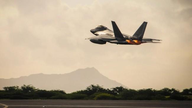 美军F-22战斗机起飞画面