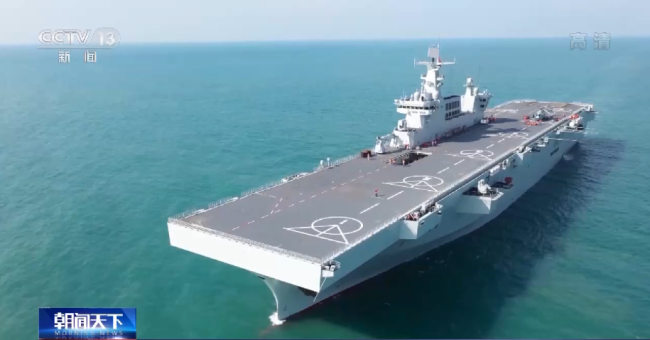央视记者探秘我军首艘两栖攻击舰:有15层楼高