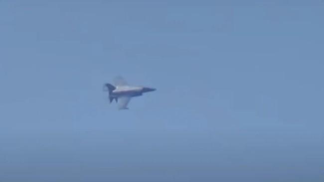 俄军练习击沉敌舰,英军出动F-35飞越俄舰上方