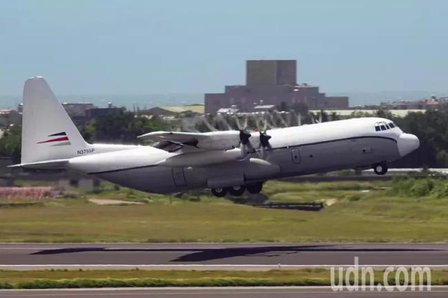 美国一架C-130在桃园机场装卸货物后起飞离开(图片来源:台湾《联合报》)