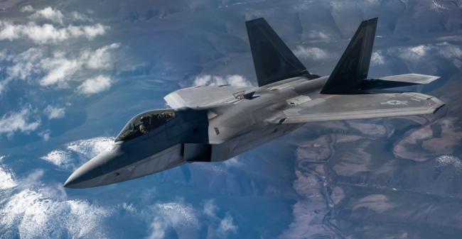 """对抗中国?美军派遣约25架F-22""""猛禽""""战斗机齐聚关岛,规模达历史之最"""