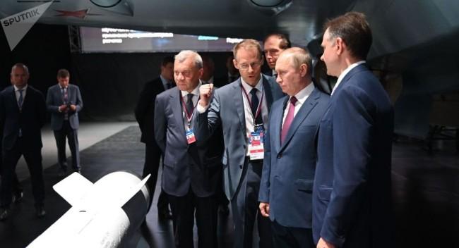 普京参观俄罗斯最新战斗机,专家介绍可改装为无人机或双座版