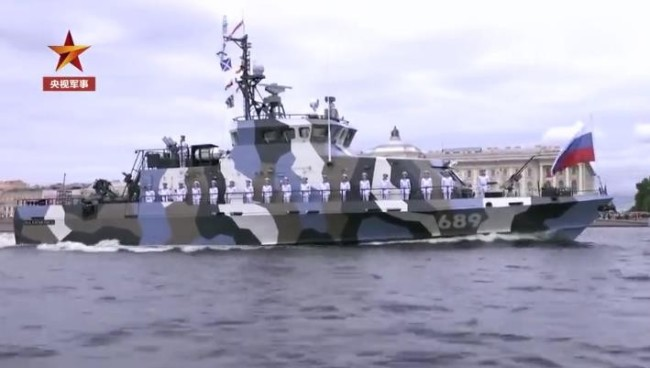 俄举行海军节阅兵 普京与俄防长检阅军舰