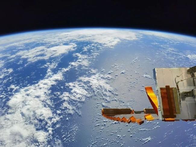 航天员汤洪波 摄    2021年7月21日,几内亚湾,夹杂潮湿水汽的西南季风并未停下它奔赴北非大陆的脚步。在进行了自行车冲刺间歇锻炼、肌维度、环控维护、神经肌肉训练等活动后,航天员汤洪波回到自己的卧室,拍下了这张照片。