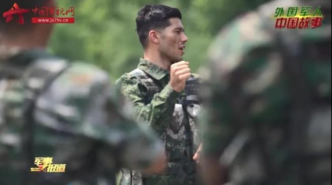外国军人在训练场上唱响《强军战歌》