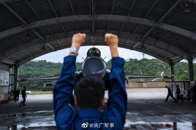 """近日,海军航空大学某训练团组织飞行学员开展一场高强度、多课目、复杂气象条件下的飞行训练。向战而飞,看""""飞鲨""""雨中翱翔!"""