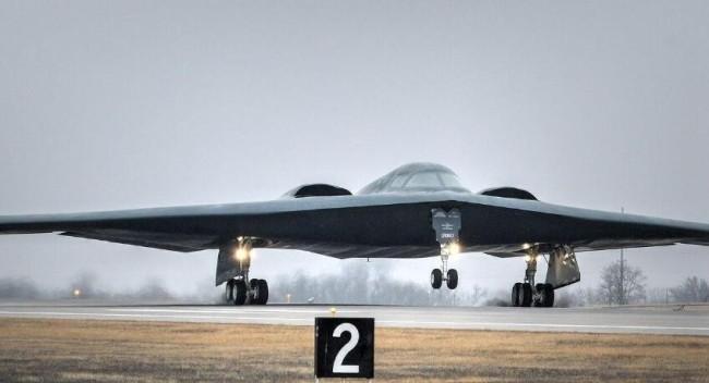 美军B-2隐形轰炸机因故障紧急迫降 机体受损