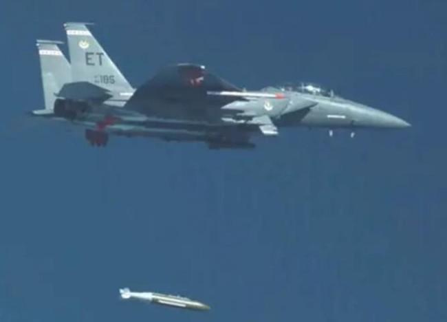 美军展示新型重磅钻地弹,意在威慑朝鲜和伊朗?