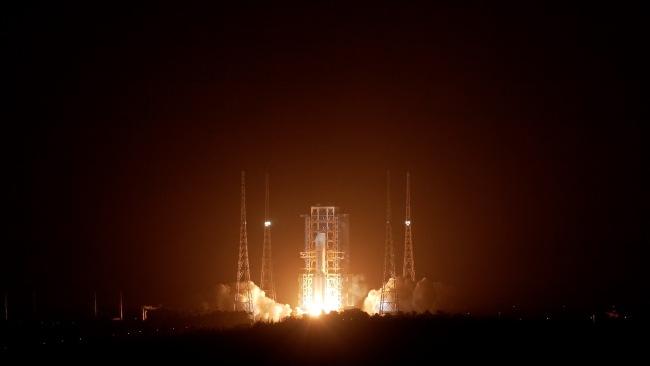 长征五号遥五运载火箭将嫦娥五号探测器发射升空