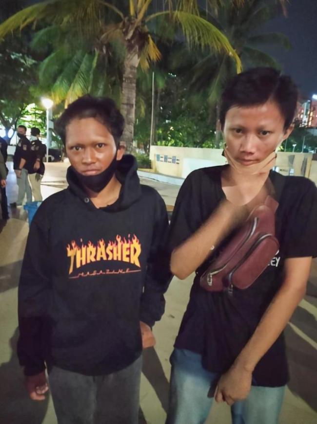 印尼小伙非法收取停车费被警察惩罚剃掉眉毛