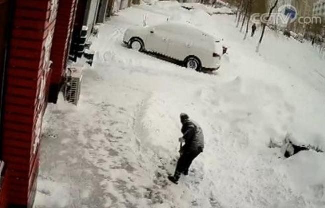 暴雪后拾荒老人主动为餐馆清雪 背后原因让人感动