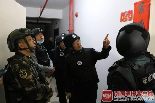 广西一小区发生枪战,毒贩开枪拒捕,一民警胸部中弹