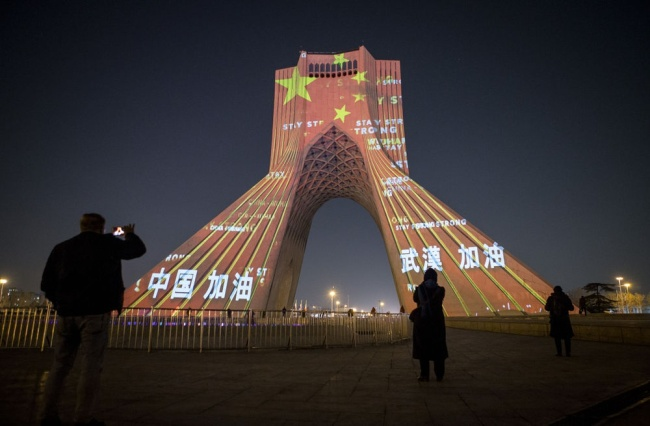 2月18日,伊朗首都德黑兰地标建筑自由塔上演灯光秀,为中国抗击疫情加油。新华社发(艾哈迈德·哈拉比萨斯摄)