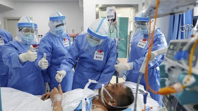 5月8日,武汉协和医院医务人员向新冠肺炎患者成功撤除ECMO表示祝贺。新华社发
