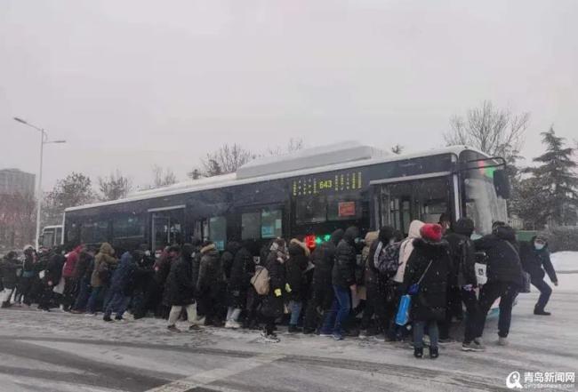 公交车外人挤人,他们在干嘛?