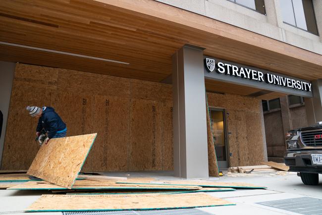 美国华盛顿严阵以待应对抗议活动 商家重装木板警察街头巡逻